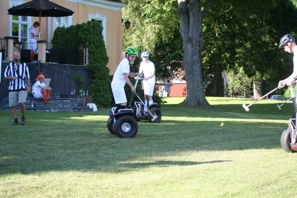 Aktivitet med Segwayrace i trädgården på Herrgården
