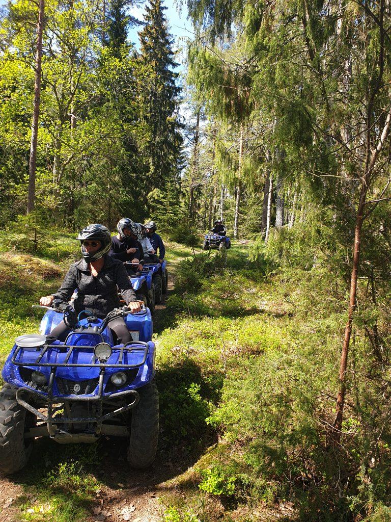 Aktivitet med skogskörning av fyrhjulingar
