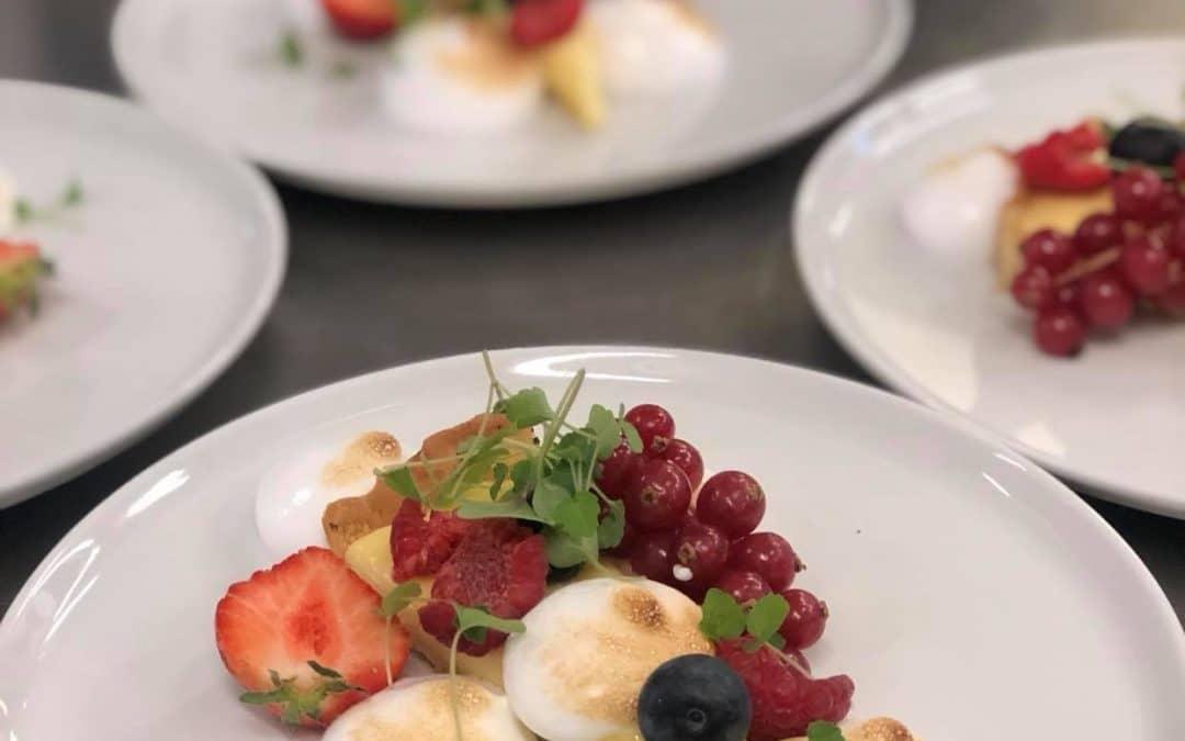 Desserttallrikar på serveringsbordet